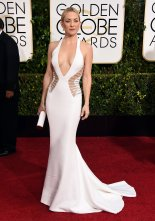 Kate Hudson appearing curvaceous in Versace